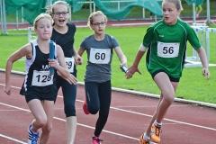 Staffellauf der weiblichen Kinder U12. Lara Fitschen (Nr. 128) übernahm den Stab von Johanna Gill und kam nach 31,85 sec über die Ziellinie. Annik Müller-Stosch (Nr. 56) von der LG Kreis Nord Stade benötigte jedoch nur 31,81 sec.
