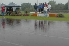 Die Vorläufe mußten am Samstag, aufgrund der starten Regenfälle ausfallen. Ein starker über eine Stunde andauernder Gewitterregen setzte die gesamte Laufbahn unter Wasser und so mußten die restlichen Wettbewerbe des 2. Tages auf Sonntag verschoben werden.