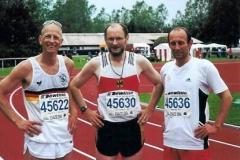 Foto 1: Joachim Hickisch (Mitte), hier mit seinen DLV-Kollegen Dierk Feyerabend und Ingo Kaun nach Abschluss des Fünfkampfes
