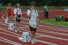Start zum 300m Hürden Lauf Bahn 5 Leon Zabel. Das Ergebnis fehlt noch in der Ergebnisliste