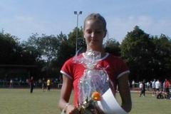 Siegerin 100m Frauen Sina Schielke mit dem Ehrenpreis von Glasermeister Willi Ahlgrim