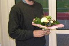 Joachim Hickisch erhielt von Mara Zabel für seine Silbermedaille bei den Senioren-Europameisterschaften auch noch einen Blumenstrauß.