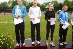 Einen weiteren Ehrenpreis der Glaserei Ahlgrim gewann die Siegerin im 400m Hürden-Lauf der Frauen Ulrike Ehrlich LAC Berlin