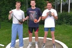 Die drei erfolgreichen Zevener Rasenkraftsportler Rainer Dohrmann, Detlef Bredehöft und Klaus Krieglsteiner (v.l.) mit ihren Wettkampfgeräten Gewicht, Hammer und Stein.
