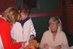 Inge Liemant und Karin Neblung im Wettkampfbüro