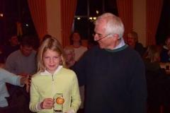 Dr. Gerd Zabel ehrt die jüngste Werfercup-Siegerin Sophie Michels, TuS Rotenburg