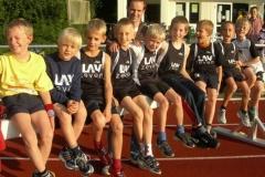 Die drei Zevener D-Schülerstaffeln (in der Mitte die drei Sieger) mit ihrem Trainer Rainer Dohrmann