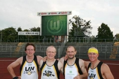 Dr. B. Schneegans, F. Müller, J. Hickisch und H.-G. Müller (v.li.) stellten sich nach dem neuen Landesrekord im Wolfsburger Stadion zum Mannschaftsfoto