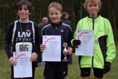 Tetjus Pape von der LAV Zeven (Mitte) gewann den diesjährigen Ostecup bei den Schülern M10 vor seinen Vereinskameraden Marius Silies (re.) und Gregory Houston (li.).