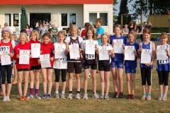 Bei den 5 x 50m Staffelläufen der Schülerinnen C siegte die Mannschaft LAV Zeven I (Mitte. Mit Thyra Pape, Sophia Rathjen, Lena Dohrmann und Sophie-Johanna Engels (v.li.)) vor den jungen Damen des TSV Wiepenkathen (li.) und des TuS Alfstedt.