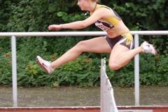 Mareike Schuster, hier beim Hürdenlauf, sicherte sich gleich zwei Bezirksmeister-Titel.