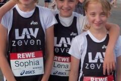 Sophia Rathjen, Lena Dohrmann und Thyra Pape (von links) sind in diesem Jahr im Land Niedersachsen bei den Schülerinnen C schon das schnellste Staffel-Trio über die 3 x 800m-Strecke gewesen. Nun wurden sie als Mannschaft auch Kreis-Crosslaufmeisterinnen über die 1000m-Distanz.