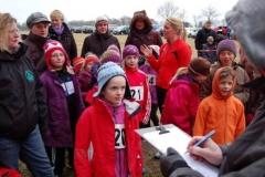 Beim Aufruf der Schülerinnen vor dem 850m-Lauf half diesen noch ihre warme Kleidung gegen den kalten Wind.