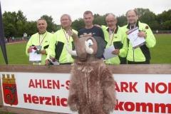 Ahlen-Maskottchen mit den Zevener Teilnehmern. In der Mitte Andreas Müller