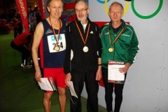 Nach der Siegerehrung 400m v.l.n.r.: Gregor Meilinger, Helmut Meier und der Deutsche Meister Karl Dorschner