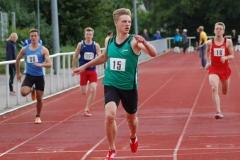 Zi01: Der überragende Zehnkämpfer Rafael Maksimowski (Nr. 15) von der LG HNF Hamburg sah in seinem 100m-Sprint nach dem Zieleinlauf zuerst zur Seite, wo die Anzeigetafel 10,95 Sekunden anzeigte.