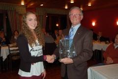 Tami Gerken bekommt vom Bürgermeister Heinrich Willenbrock für ihre sportlichen Leistungen einen Glaspokal überreicht.