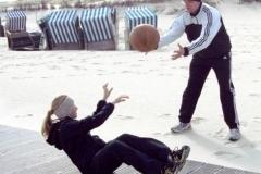 Wo andere Urlauber sonst im Strandkorb liegen, stärkten die jungen Aktiven ihre Körper.