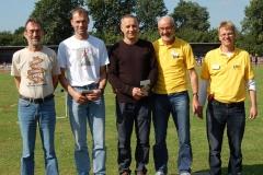 Zi06: Die Senioren der LAV Zeven Detlef Wickmann, Andreas Müller, Czeslaw Pradzynski und Helmut Meier (v.li.) wurden vom Sportwart der LAV Zeven, Jens Dohrmann, im Laufe der Mehrkampftage für ihre Leistungen bei den Europameisterschaften der Senioren geehrt.