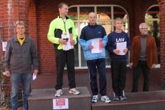 Siegerehrung 5000m Stadtwerkelauf v.l.n.r.: Jens Dohrmann LAV Sportwart, Sieger Andreas Müller, LAV Zeven, 2. Platz Holger Brunkhorst, TSV Ahrenswohlde, 3. Platz Helge Zabel, LAV Zeven