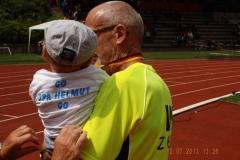 Opa Helmut mit seinem Enkel Mats