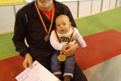 Wieder erfolgreichster LAV-Athlet bei der Hallen-DM: Helmut Meier mit Enkelsohn Mats