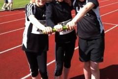 Freija Hartmann, Anna Hilken und Franca Meinke (v.li.) wurden Kreismeisterinnen im 3 x 800m-Staffelwettbewerb.