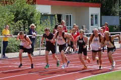 zi01: Auch Steffen Meinke, Carsten Ahlfeld, Andreas Müller, Marius Silies, Helmut Meier und Bernd Kümmel (v.li.) gingen am Sonnabend in einem der Läufe für die LAV Zeven über die 800m an den Start.