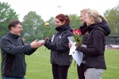 Auch die Staffel I der weiblichen Jugend U20 vom Bremer LT erhielt vom Zevener Glasermeister Jörg Ahlgrim für ihre Leistung einen von ihm gestifteten gläsernen Staffelstab als Trophäe.