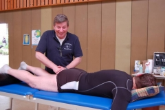 Der Heeslinger Uwe Zimmermann bot den Aktiven in der Turnhalle Behandlungen an und hatte unter anderem mit Zerrungen, Verstauchungen und Wirbelblockaden zu tun.