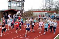 Start zum Lauf über 800m der Kinder W09 und Kinder W08 und jünger, den Kim Laura Schmelz (Nr. 103) in der Altersklasse der Kindern W08 und jünger gewann.