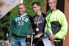 Nach dem Zevener Halbmarathons auf dem Siegertreppchen Oliver Sebrantke (mi.), Carsten Glinsmann (li.) und Thomas Silies (re.)
