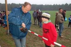 Starter Hans-Jürgen Harms hier bei der Entnahme von leeren Platzpatronen aus der Startpistole - hatte in Groß Meckelsen Pech mit dem ersten Startschuss des Tages, nahm es aber wie alle Anwesenden mit Humor.