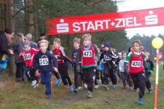 Nicht nur Niklas Itzen (Kinder M09, Nr. 473) vom MTV Hesedorf hatte nach dem rasanten Start der männlichen Kinder M08/09 die insgesamt 650m lange Laufstrecke fest im Blick. Es gewannen in ihren Altersklassen die beiden TuS Rotenburg-Läufer Nils Pleines (Kinder M08, Nr. 345) und Daniel Roon (Kinder M09, Nr. 346).