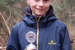 Jerre Fasel von der LAV Zeven erhielt den Oste-Cup-Siegerpokal der männlichen Kinder U12/M11.