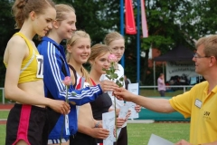 Auch die Siegerehrung der Hindernisläuferinnen der WJ U18 über 1500m nahm der LAV-Vorsitzende Jens Dohrmann vor. Es siegte Agnes Thurid Gers (li.) von der LG Flensburg in 5:09,81min. Zweite wurde Josephina Burger (SV Rosche, 5:32,82min), die damit auch Landesmeisterin in Niedersachsen und Bezirksmeisterin im NLV Bezirk Lüneburg wurde.