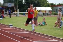 Tobias Hell vom Schweriner SC sprang im Dreisprung-Wettbewerb der MJ U20 im zweiten Versuch auf eine Weite von 15,56m, was einen neuen Rekord bedeutet