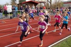 Ein schneller Start beim ersten Wettkampf des Tages, dem (geteilten) Lauf der weiblichen Kinder U 10 über 800m.