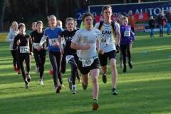Szene nach dem Start des 1500m-Rennens, welches als Zeitschnellster Keno Frenz (Nr. 49, Jugend M15, TuS Rotenburg) in 6:12 min gewann. Auf den zweiten Platz in dieser Altersklasse kam Marius Silies (Nr. 84, LAV Zeven, 6:27 min).