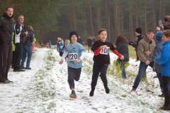 Zi02: Laurens Quellen (Nr. 220, LAV Zeven) und Theo Gottschalch (Nr. 108, TuS Bothel) bemühten sich, das Rennen der Kinder M09 über 650m noch im Zieleinlauf zu entscheiden. Zum Schluss wurden beide mit 2:50min auf dem ersten Platz gewertet.