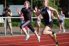 Lena Behrens (li.) und ihre Vereinskameradin Anna Hilken (re.) traten über die 50m, 75m und 100m an.