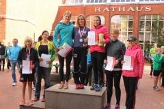 Siegerehrung 5km der Jugend- und Frauenklasse: 1. Platz Isabelle Dourson, LAV Zeven