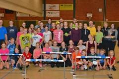 Am Montag besuchte der Volksbankmitarbeiter Nicki Brandt (Auf dem Foto rechts) das Training der LAV Zeven in der Sporthalle an der Kanalstraße