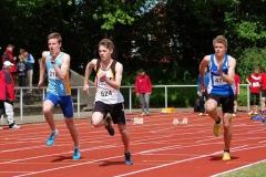 Timon Tietjen (Nr. 624) von der LAV Zeven nutzte das 35. Nationale Pfingstsportfest, um an den beiden Veranstaltungstagen gleich in mehreren Disziplinen anzutreten. So wie hier im 100 m  Lauf der MJ U18.