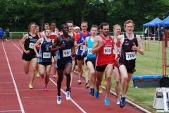 1500m-Zeitlauf der Männer. Es siegten in ihren Altersklassen Viktor Kuk (Nr. 1019, LG Braunschweig, Männer, 3:54,17 min), Owen Day (Nr. 668, LAV Bayer Uerdingen/Dormagen, MJ U20, 3:58,20 min) und Mohamed Mohumed (Nr. 667, DJK VfL Willich, MJ U18, 3:57,27 min).