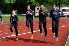 Die jungen LAV Zeven-Athletinnen Anna Eckhoff, Lena Dohrmann, Anna Hilken und Lena Behrens (v.li.) - hier beim Aufwärmen - liefen bei der WJ U18 als 4 x 100 m -Staffel mit und kamen mit 54, 63 sec auf den ersten Platz.