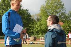 Tom Schröder (2. v. re.) und Silvio Schirrmeister (re.) bei der Siegerehrung der 400 m Hürden der MJ U18