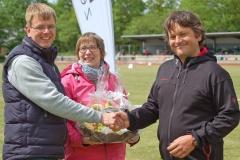 Der LAV-Vorsitzende Jens Dohrmann (li.) übergab, unterstützt von Hella Albers, einen Präsentkorb an einen Vertreter des ASV Köln für die jahrelange Zeven-Treue des ASV-Teams. Eine solche Aufmerksamkeit zur Stärkung erhielt auch der Hamburger Sportverein.