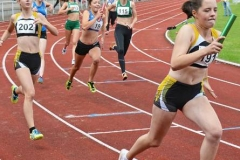 Anna Hilken (Nr. 202) übergab bei der 4 x 100 m - Staffel der weiblichen Jugend U16 den Stab an Lena Behrens (Nr. 191).