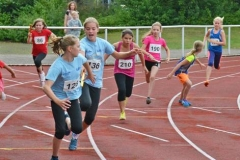 Wechsel von Julia Beese (Nr. 190) auf Ariane Thal (Nr. 210) im 4 x 50 m - Staffellauf der weiblichen Kinder U12, in dem die jungen Damen der LAV Zeven auf den dritten Platz kamen.
